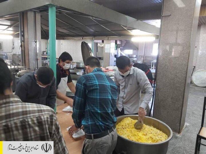 طبخ و توزیع غذای گرم در مناطق محروم استان آذربایجان غربی توسط ستاد اجرایی فرمان امام