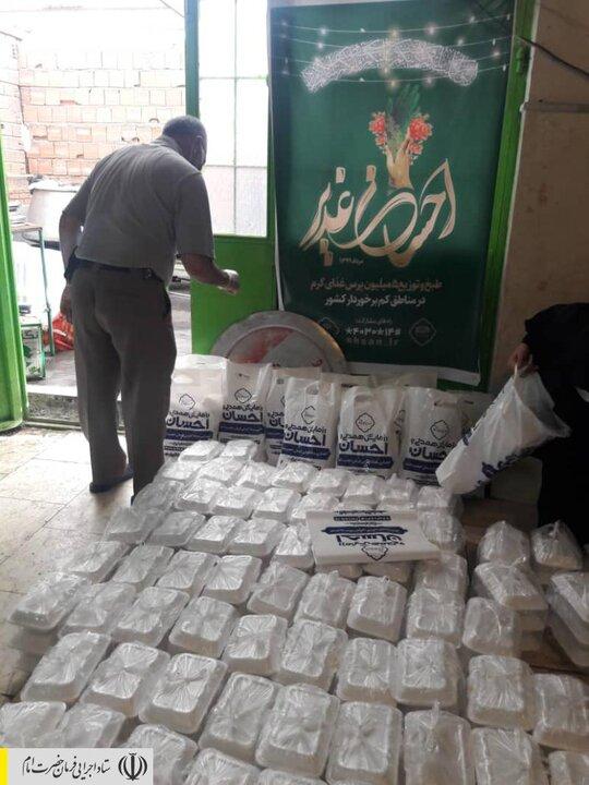 طبخ و توزیع غذای گرم در مناطق محروم استان اردبیل توسط ستاد اجرایی فرمان امام