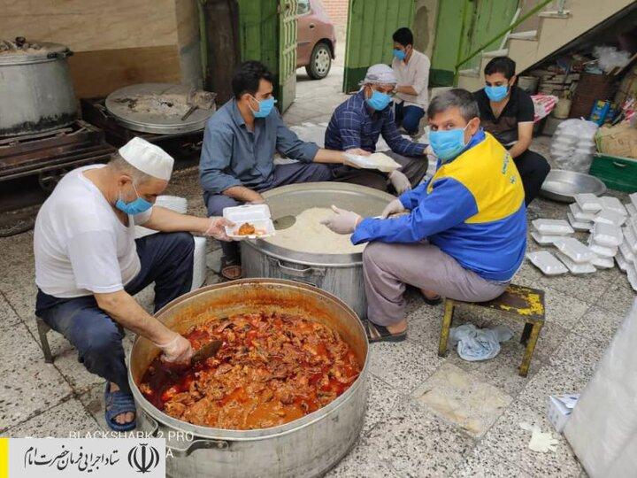 طبخ و توزیع غذای گرم در مناطق محروم استان خراسان جنوبی توسط ستاد اجرایی فرمان امام