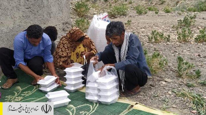 طبخ و توزیع غذای گرم در مناطق محروم بشاگرد توسط ستاد اجرایی فرمان امام