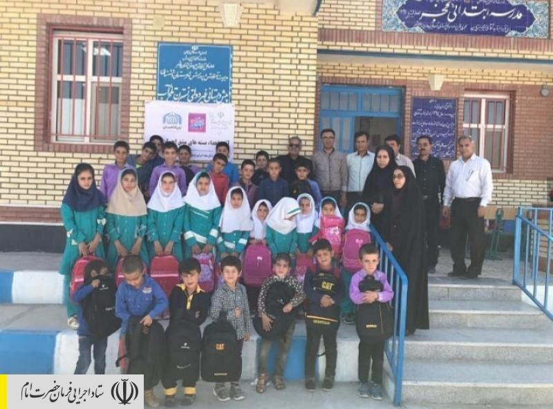 توزیع بستههای نوشتافزار اهدایی ستاد اجرایی فرمان حضرت امام (ره) بین دانشآموزان روستاهای محروم بوشهر و جزیره هرمز توسط نیروهای جهادی ستاد
