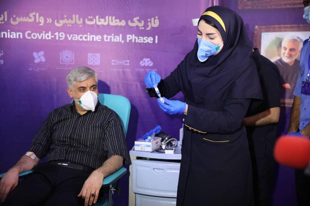 علی عسگری، معاون اجتماعی ستاد اجرایی فرمان امام بعنوان دومین داوطلب واکسن ایرانی کرونا را تزریق کرد