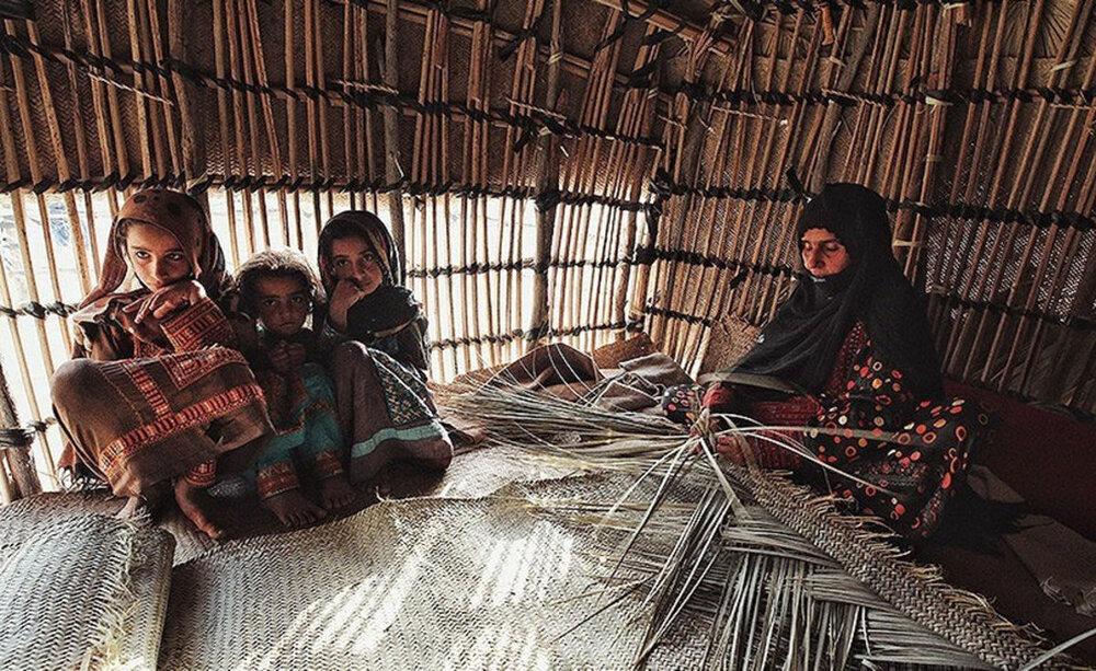 توزیع بسته های معیشتی بین خانواده های بی بضاعت در روستاهای شهرستان جاسک استان هرمزگان