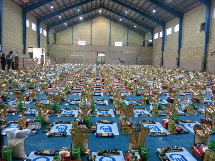حضور مدیر کل ستاد اجرایی فرمان حضرت امام خمینی( ره)استان اصفهان در مراسم تهیه و توزیع 800 بسته معیشتی توسط دفتر امام جمعه قهجاورستان