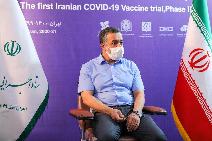محمود کریمی (مداح) در تزریق واکسن کوو ایران برکت ، فاز سه مطالعات بالینی
