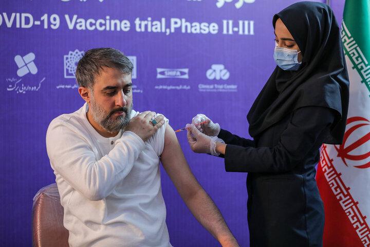 محمدحسین پویانفر (مداح) در تزریق واکسن کوو ایران برکت ، فاز سه مطالعات بالینی