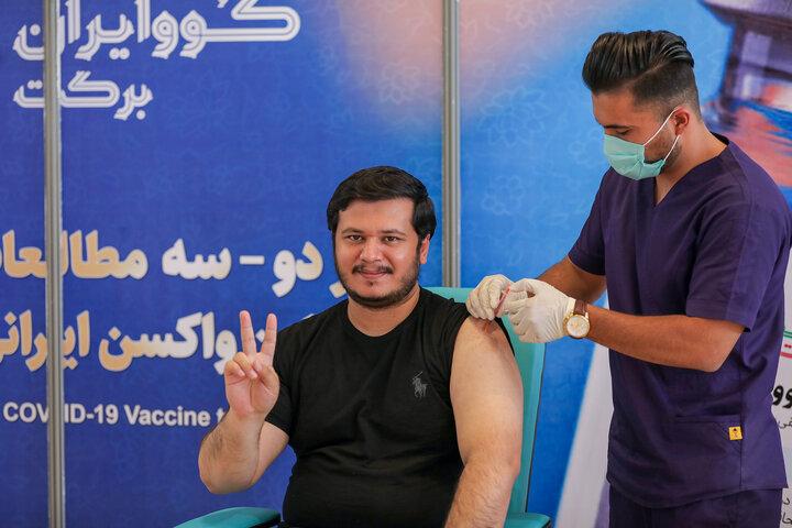 نیکی ملکی (فعال رسانه) در تزریق واکسن کوو ایران برکت ، فاز سه مطالعات بالینی