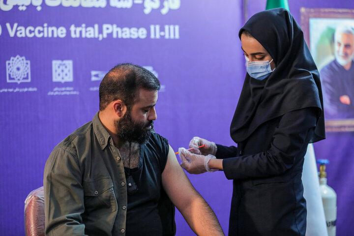 عبدالرضا هلالی (مداح) در تزریق واکسن کوو ایران برکت ، فاز سه مطالعات بالینی