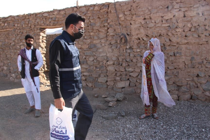 اهدای کمکهای بنیاد احسان به سیل زدگان سیستان و بلوچستان