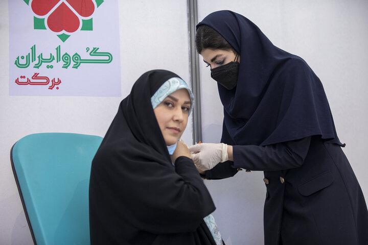 زهرا خلیلی (مجری) در تزریق واکسن کوو ایران برکت ، فاز 3 مطالعات بالینی