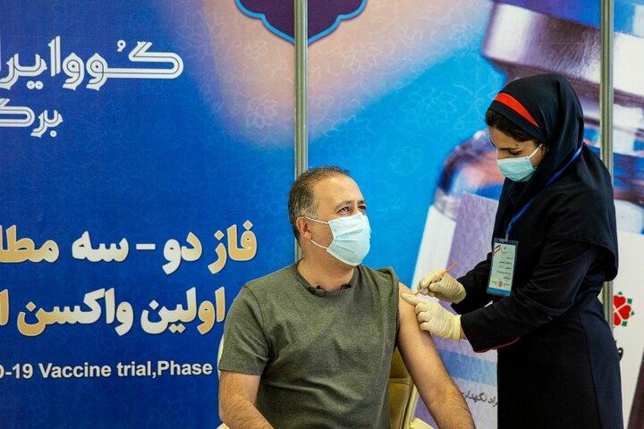 محمد دلاوری (مجری) در تزریق واکسن کوو ایران برکت ، فاز سه مطالعات بالینی