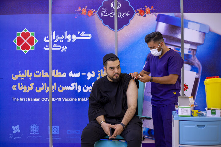 امیر اپی کور (خواننده) در تزریق واکسن کوو ایران برکت ، فاز 3 مطالعات بالینی