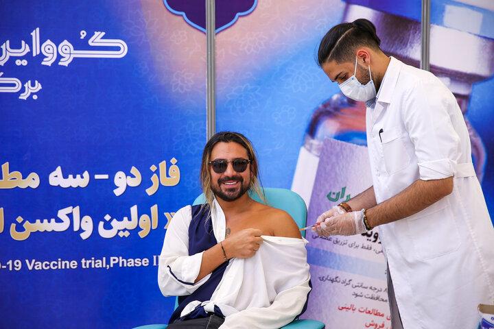 امیرعباس گلاب (خواننده) در تزریق واکسن کوو ایران برکت ، فاز 3 مطالعات بالینی