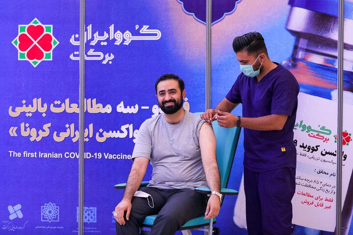 وحید یامین پور مجری تلویزیون و مشاور رییس مجلس شورای اسلامی در تزریق واکسن کوو ایران برکت ، فاز 3 مطالعات بالینی
