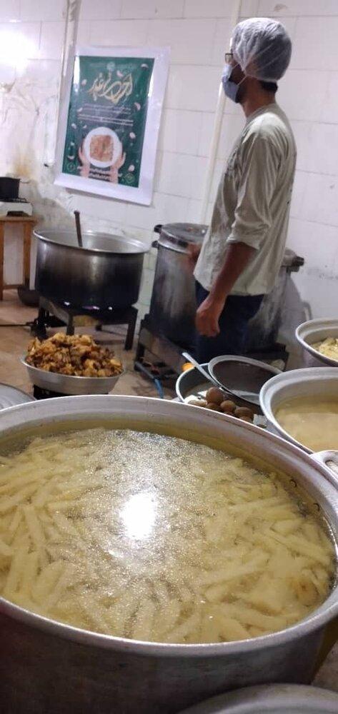 ستاد اجرایی فرمان امام(ره) بوشهر ۱۱۰ هزار پرس غذای گرم طبخ و توزیع میکند
