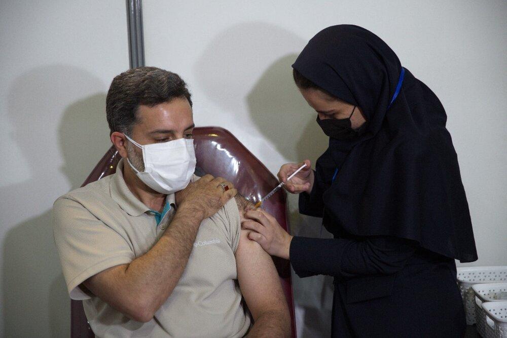 """راهاندازی یک پایگاه واکسیناسیون عمومی در تهران توسط ستاد اجرایی فرمان امام/ تزریق """"واکسن برکت"""" به افراد مشمول دریافت واکسن"""